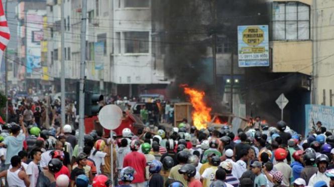 Sejumlah mobil dibakar saat kericuhan yang terjadi di Kota Ambon, Minggu (11/9)