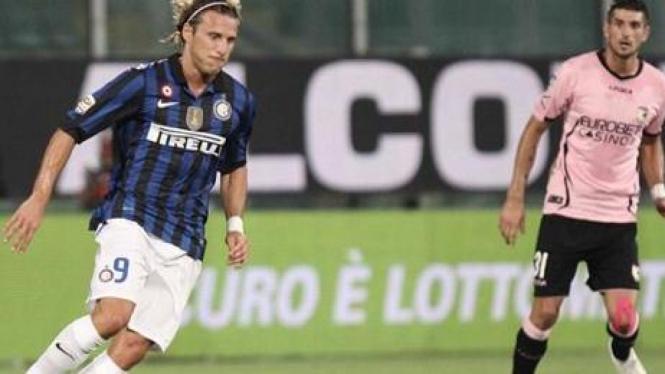 Pemain Inter Milan Diego Forlan (kiri) dan pemain Palermo