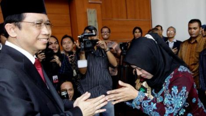 Marzuki Alie menyalami Siti Romlah (Demokrat)