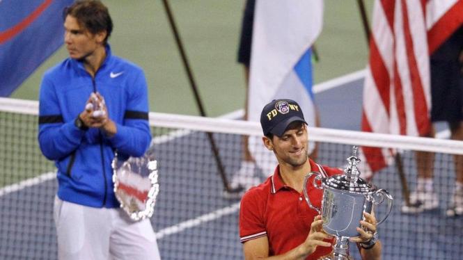 Novak Djokovic juara US Open 2011 dengan latar belakang Rafael Nadal