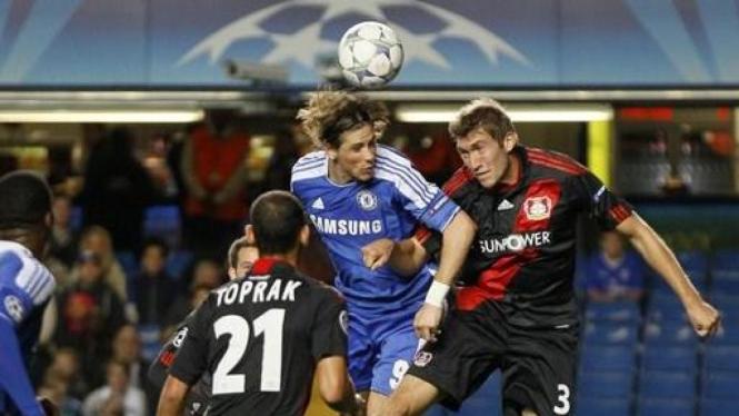 Fernando Torres (biru) berduel dengan pemain Bayer Leverkuse