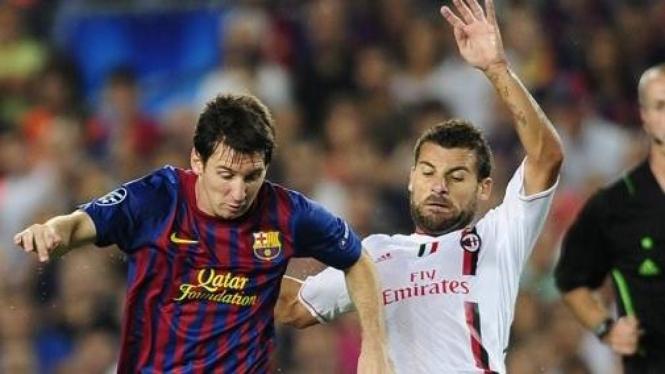 Pemain Barcelona Lionel Messi (kiri) dan pemain AC Milan Antonio Nocerino