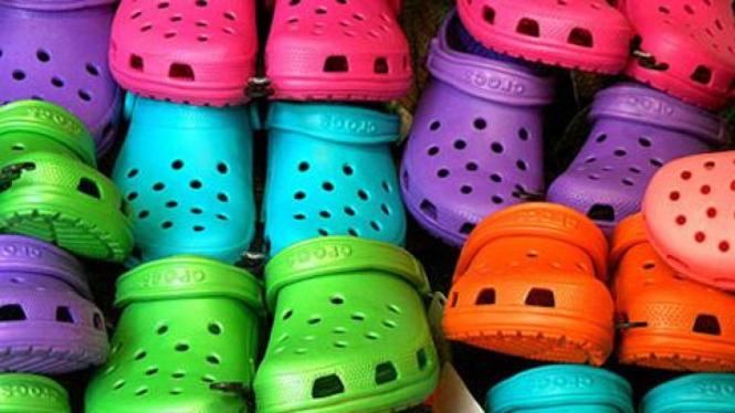 Sepatu Crocs.