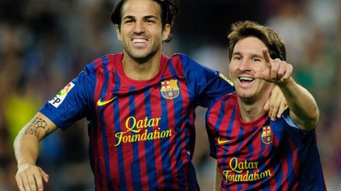 Cesc Fabregas (kiri) dan Lionel Messi