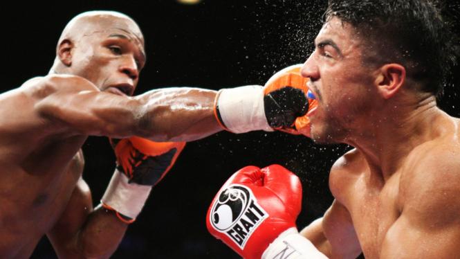 Floyd Mayweather (kiri) melawan Victor Ortiz