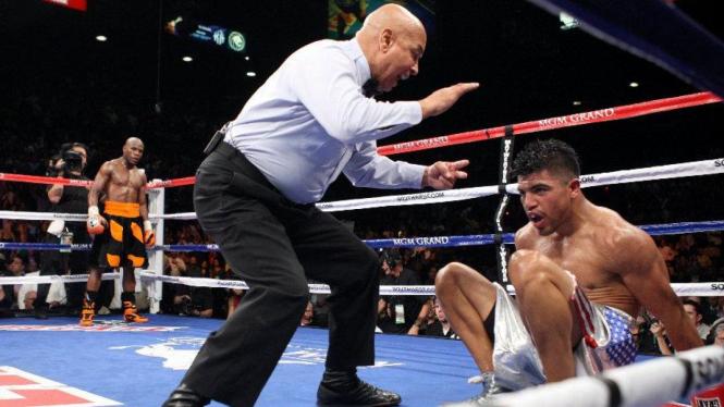 Victor Ortiz (kanan bawah) KO usai dipukul Floyd Mayweather