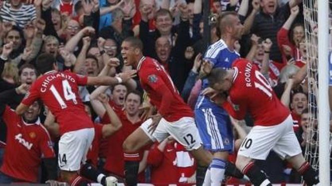 Pemain MU (merah) merayakan gol ke jala Chelsea