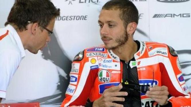Valentino Rossi (merah) di MotoGP Spanyol