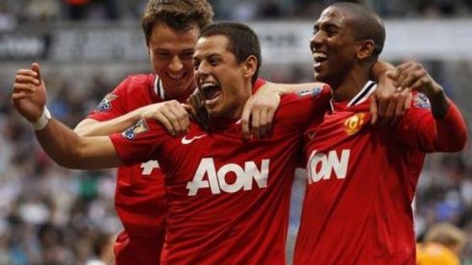 Javier Hernandez (tengah) merayakan gol bersama pemain MU