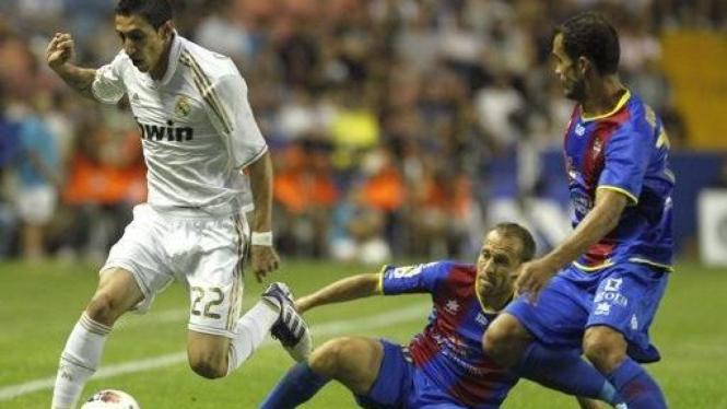 Pemain Real Madrid Angel Di Maria (putih) dikepung pemain Levante
