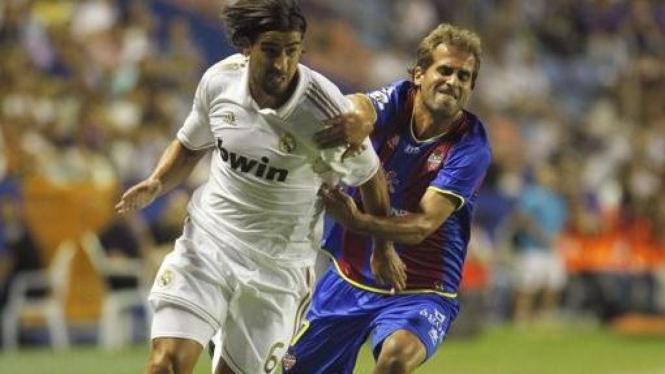 Sami Khedira (putih) di pertandingan melawan Levante