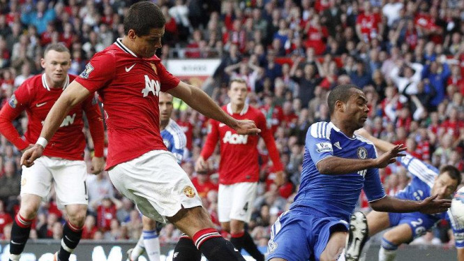 Ashley Cole (Chelsea/bawah) menekel Javier Hernandez (Manchester United)