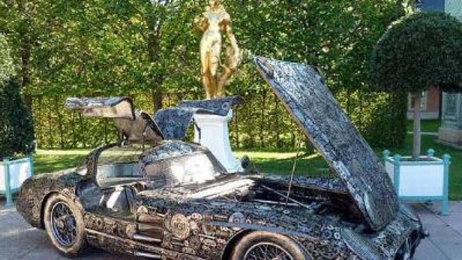 Replika Mercedes 300 SLR 'Coupe Uhlenhaut' Dari Rongsokan Besi.