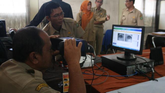 Sekretaris Daerah Sukabumi M Muraz mencoba alat pembuatan e-KTP