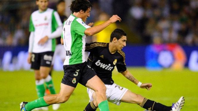 Angel di Maria (Real Madrid/hitam) saat melawan Racing Santander