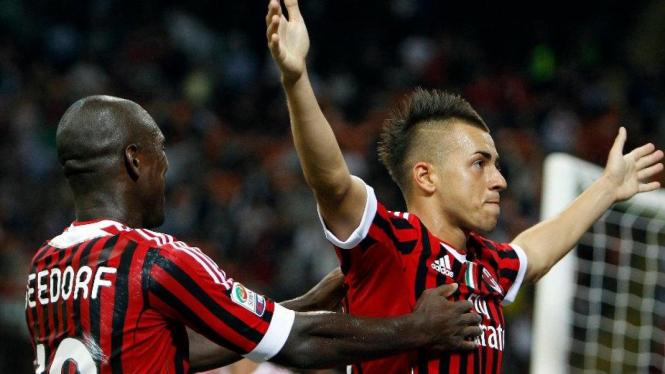 Stephan El Shaarawy (AC Milan/kanan) merayakan gol  ke gawang Udinese