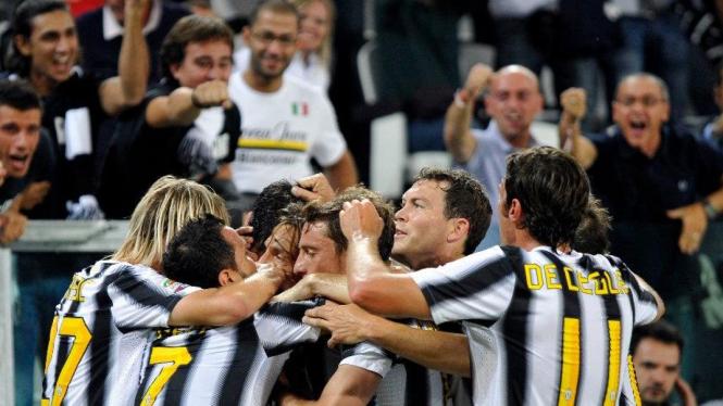 Pemain Juventus merayakan gol melawan Bologna