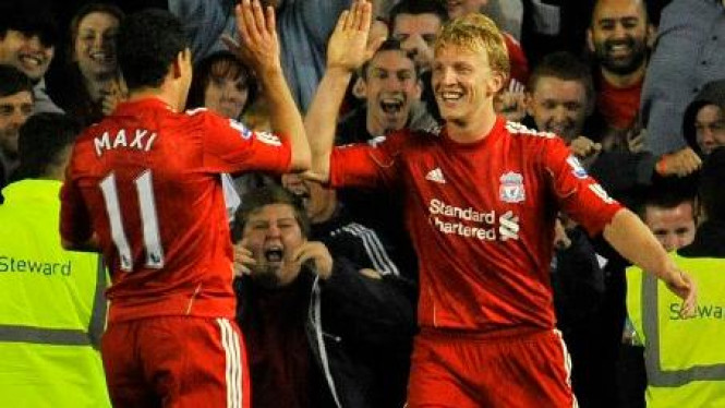Dirk Kuyt (Liverpool/kanan) merayakan gol ke gawang Brighton