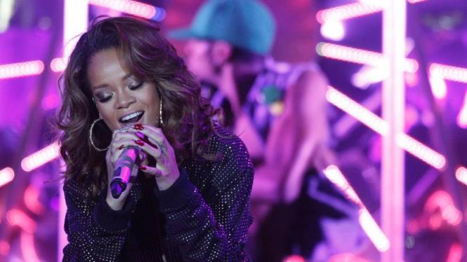 Rihanna tampil tampil dalam konser Loud di Brasil