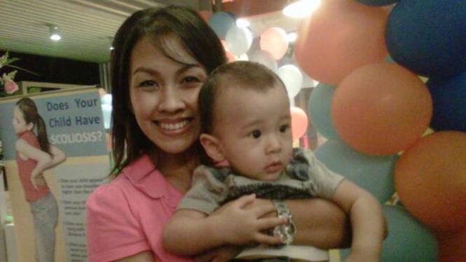 Melanie Putria Menggendong Anaknya, Sheemar