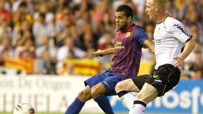 Dani Alves (Barcelona/kiri) saat melawan Valencia