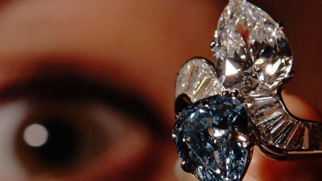 Cincin Bulgari bertahtakan berlian Vivid biru
