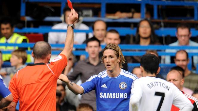 Fernando Torres (biru) diusir wasit saat melawan Swansea