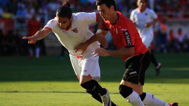 Pemain Sevilla Martin Caceres (putih) dan pemain Valencia Aritz Aduriz