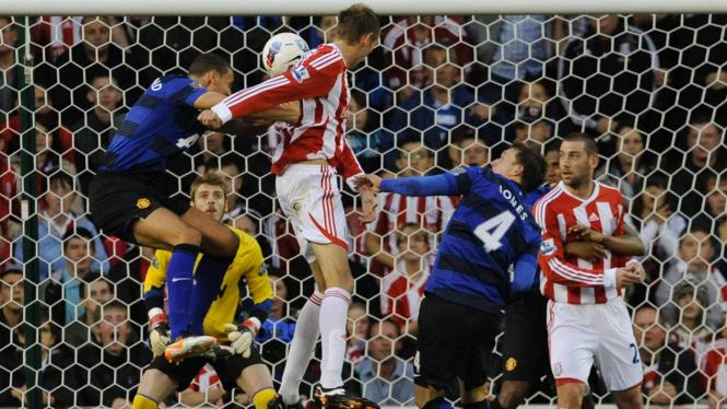 Peter Crouch (kedua dari kiri) saat mencetak gol ke jala MU