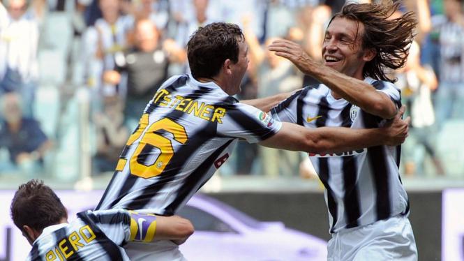 Andrea Pirlo (kanan) merayakan gol bersama pemain Juventus