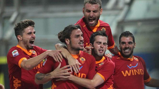Pemain AS Roma merayakan gol Pablo Osvaldo (kedua dari kiri)