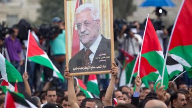 Ribuan warga Ramallah mendengarkan pidato Mahmoud Abbas