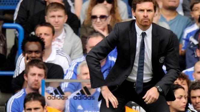 Andre Villas-Boas dengan Frank Lampard (kiri bawah) di bangku cadangan