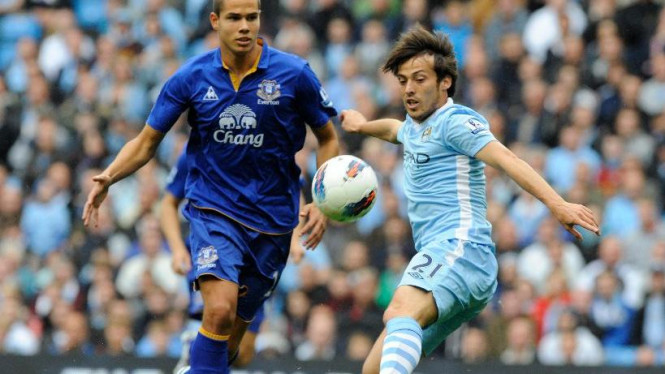 Gelandang Manchester City, David Silva (kanan), saat melawan Everton