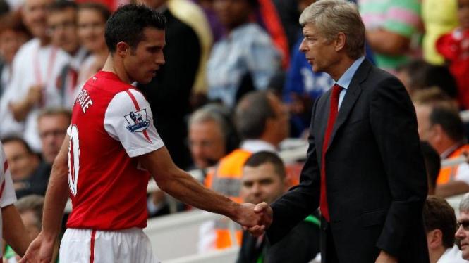 Robin van Persie (kiri) dan Arsene Wenger saat Arsenal melawan Bolton