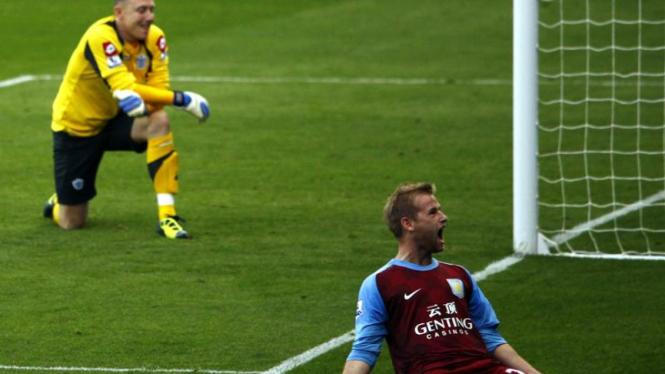 Barry Bannan (kanan/Aston Villa) sesaat setelah menjebol gawang Paddy Kenny