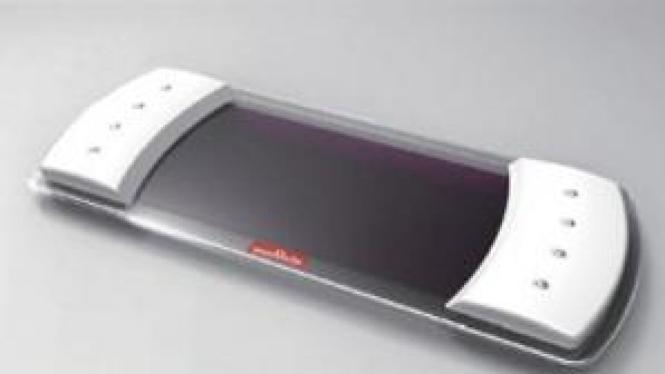 Remote control bertenaga surya. Cara menggunakannya dengan dibengkok-bengkokkan.