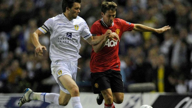 Striker Manchester United, Michael Owen (kanan), saat melawan Leeds United