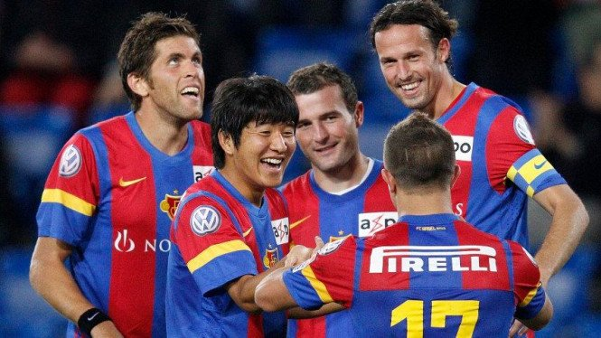 Pemain Basel merayakan gol