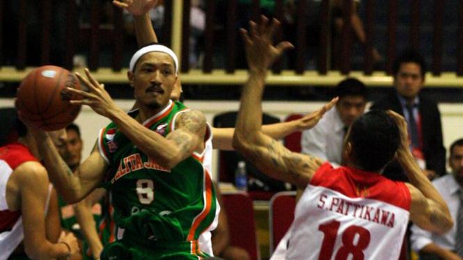 Sebayang Erric (Pelita Jaya Esia/kiri) dihadang pemain Stadium