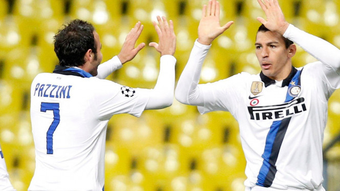 Lucio (kanan) usai mencetak gol ke gawang Cska Moscow