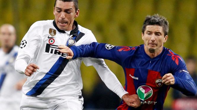 Lucio (kiri) berebut bola dengan pemain CSKA Moscow