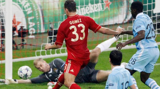 Mario Gomez melesakkan bola ke gawang Manchester City