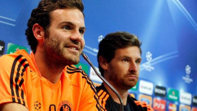 Juan Mata (kiri) dan Andre Villas-Boas jelang Chelsea lawan Valencia