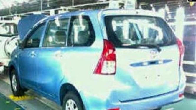 Bodi belakang mobil yang diduga Avanza terbaru