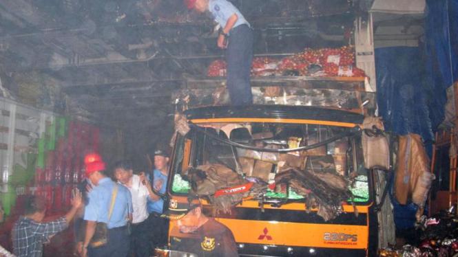 Truck Terbakar di Kapal KM Kirana IX