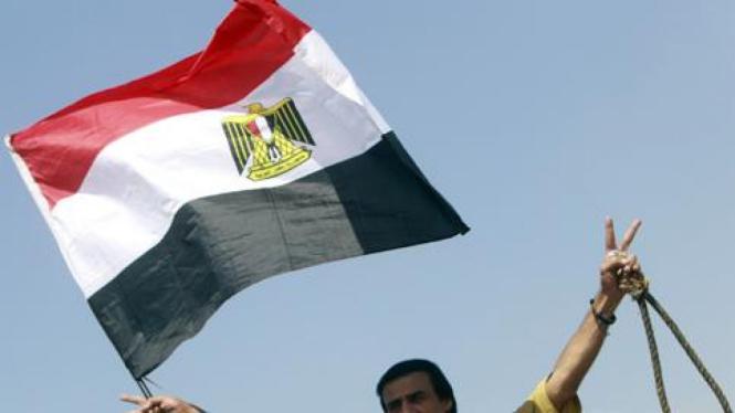 Warga Mesir di luar gedung pengadilan Hosni Mubarak