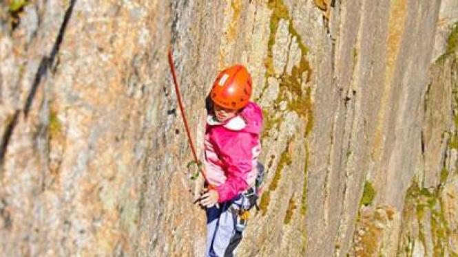 Pemanjat putri belia menaklukan tebing tercuram di AS