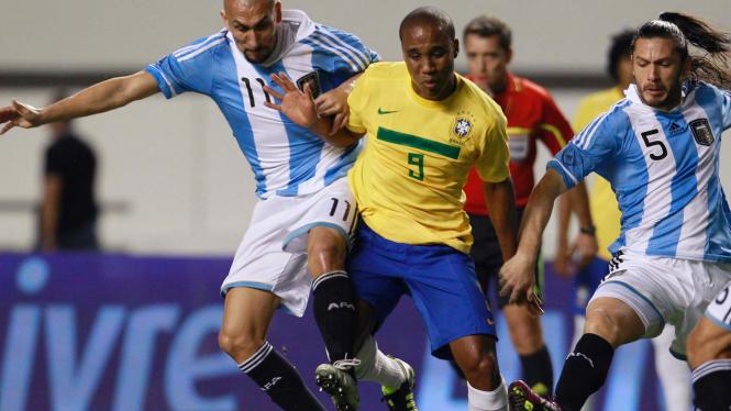 Pemain Brasil Borges (tengah) di antara pemain Argentina