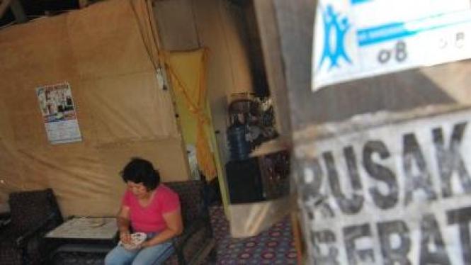 Yarjunaini bertahan di rumah rusak karena gempa Pariaman 30 09 2009